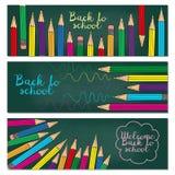 Un insieme di tre insegne orizzontali con le matite multicolori Doodl illustrazione di stock