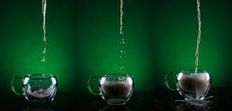 Un insieme di tre tazze di vetro Tazze di vetro di riempimento con la sequenza del latte Fotografie Stock Libere da Diritti