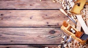 Un insieme di vecchi attrezzi per bricolage per l'elaborazione di legno fotografie stock