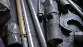 Un insieme di vecchi strumenti di riparazione del metallo video d archivio