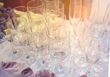 Un insieme di vetro della regolazione di nozze con la coltelleria La Tabella ha impostato per un partito o un ricevimento nuziale Fotografia Stock Libera da Diritti