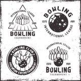 Un insieme lanciante di quattro emblemi o distintivi d'annata illustrazione vettoriale