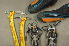 Un insieme per alpinismo di inverno o scalata facile nel ghiaccio Immagini Stock