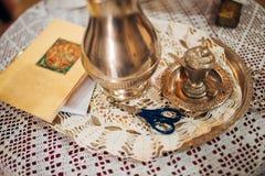 Un insieme per il battesimo del bambino su una tavola Fotografie Stock