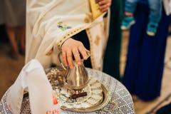 Un insieme per il battesimo del bambino su una tavola Fotografia Stock Libera da Diritti