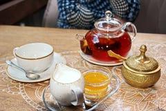 Un insieme per tè bevente, una tazza ed il tordo, coperti di coperchi bronzei, vista del primo piano immagine stock libera da diritti