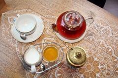 Un insieme per tè bevente, una tazza ed il tordo, coperti di coperchi bronzei, vista del primo piano immagini stock libere da diritti