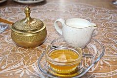 Un insieme per tè bevente, una tazza ed il tordo, coperti di coperchi bronzei, vista del primo piano immagini stock