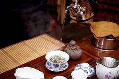 Un insieme per una cerimonia di tè Il Master ha preparato il tè verde in una ciotola speciale immagine stock