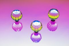 Un'installazione astratta con tre sfere di cristallo Fotografia Stock