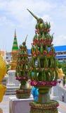 Un'installazione di due foglie della banana vicino all'introduzione a Wat Traimit anche conosciuto come il tempio dorato di Buddh Fotografia Stock Libera da Diritti
