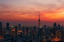 Un instantané merveilleux de Kuwait City au coucher du soleil photos stock