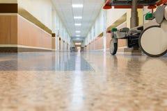 Un intérieur d'un couloir d'hôpital Photos libres de droits