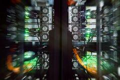 Un'interfaccia posteriore alta chiusa di manifestazione del gruppo di server di un e dieci gigabit di connettore Fotografia Stock Libera da Diritti