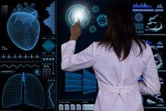 Un interfaz futurista del ordenador flota delante de un doctor de sexo femenino Imagen de archivo libre de regalías