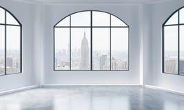 Un interior brillante y limpio moderno vacío del desván Opinión de New York City Un concepto de espacio abierto de lujo para p co Fotografía de archivo