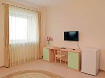 Un interior de la habitación el ama de casa de una clase en tonos ligeros Imagenes de archivo