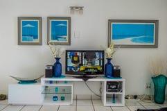 Un interior de lujo de la casa con el gabinete de madera para la televisión imágenes de archivo libres de regalías