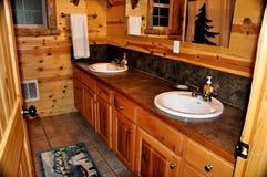 Un interior de madera del cuarto de baño de una cabina de madera Foto de archivo