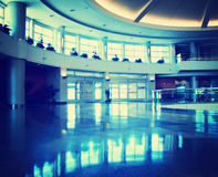 Un interior del aeropuerto entonó con un filtro retro del instagram del vintage Fotos de archivo libres de regalías