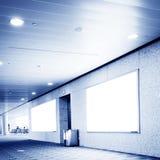 Un interior del edificio con dos carteleras grandes listas para el anuncio Imagen de archivo