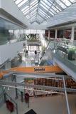 Un interiore di una costruzione moderna con i negozi Immagine Stock Libera da Diritti