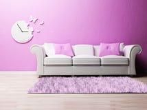 Un interiore romantico piacevole con un sofà Immagini Stock Libere da Diritti