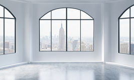Un interno luminoso e pulito moderno vuoto del sottotetto Vista di New York City Un concetto di spazio aperto di lusso per la p c Fotografia Stock