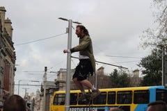 Un interprète de rue est sur un monocycle faisant une représentation sur la rue de Grafton L'économie informelle est un point cen photographie stock