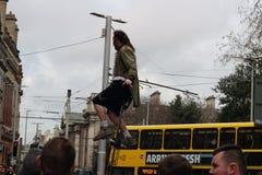 Un interprète de rue est sur un monocycle faisant une représentation sur la rue de Grafton L'économie informelle est un point cen photo stock