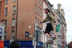Un interprète de rue est sur un monocycle faisant une représentation sur la rue de Grafton L'économie informelle est un point cen image stock