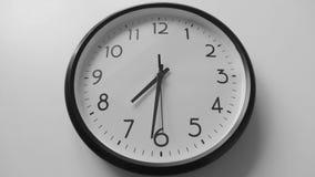 Un intervallo di periodo ridotto di un fronte di orologio stock footage
