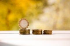 Un inverso di 1 euro moneta, stante dal suo lato, su una pila di eurocents Fotografia Stock Libera da Diritti