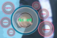 Un inversor que señala a los anillos de la parte inferior del activo por botto del costo Imagen de archivo
