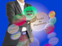 Un investitore che considera il beneficio di oro nel diagramma della cartella sullo schermo virtuale Fotografia Stock
