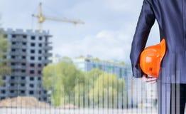 Un investitore con un casco nel suo sguardo della mano fotografie stock libere da diritti