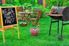 Un invito ad un partito del barbecue, scritto sulla lavagna Fotografia Stock