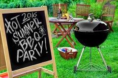 Un invito ad un partito del barbecue, scritto sulla lavagna Fotografia Stock Libera da Diritti