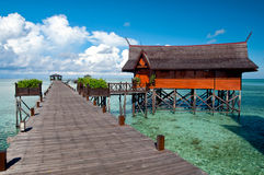 Un'isola artificiale di Kapalai del passaggio pedonale Immagine Stock