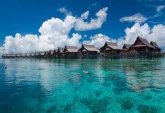 Un'isola artificiale di Kapalai del passaggio pedonale Fotografia Stock Libera da Diritti