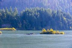 Un'isola con gli uccelli e un'isola con gli alberi di autunno sul Colu fotografia stock