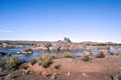 Un'isola nel fiume arancione Fotografia Stock