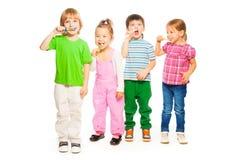 Un isolato di quattro dei bambini bambini dell'isolato su bianco Fotografie Stock