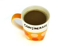 Un isolato premuroso di concetto della tazza di caffè su bianco immagine stock