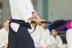 Un istruttore maschio di arti marziali con il katana sul seminario Fotografie Stock Libere da Diritti