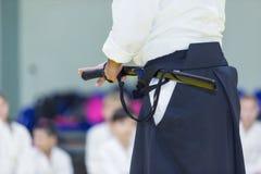 Un istruttore maschio di arti marziali con il katana sul seminario Fotografie Stock