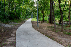 Un itinéraire aménagé pour amateurs de la nature boisé tranquille de ressort ou d'été ou scène extérieure Image stock