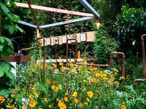 Un jardín brillante con la imagen del asiento y del mosaico Fotos de archivo libres de regalías