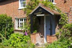 Un jardin anglais de cottage dans Warsash au Hampshire montrant une émeute de couleur chaotique en début de l'été Image libre de droits