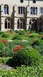 Un jardin d'église images stock